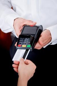 Bezahlen mit einer Kreditkarte im Restaurant