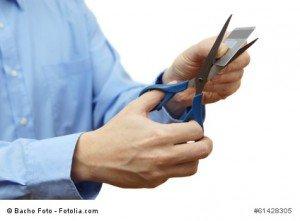 Mann entwertet Kreditkarte mit Schere